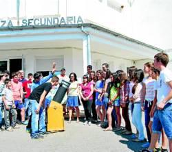 Los alumnos y sus profesores, con el telescopio.