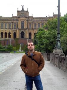 Francisco Javier, ante la sede del Parlamento de la región de Baviera.