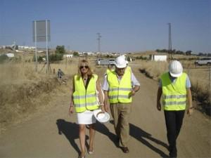 El delegado de Agricultura y la alcaldesa de Fuente Obejuna, en su visita al Camino de Villanueva.