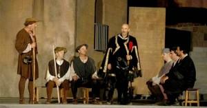 Una escena de 'Fuenteovejuna', con el temible comendador en primer plano, anoche en Fuente Obejuna. A. J. GONZÁLEZ
