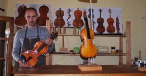 Luis Limón, con los instrumentos que confecciona en su taller de La Cardenchosa.