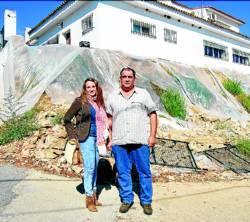 Esther Ruiz Córdoba y Rafael Delgado Rodríguez, junto al muro.