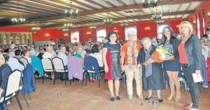 Antonia Obrero recibe su reconocimiento como mujer de más edad entre las asistentes.