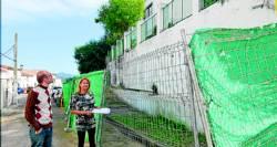 La alcaldesa y un técnico municipal de urbanismo, ante el muro
