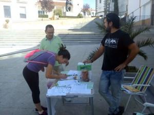 Recogiendo firmas durante la mañana del pasado miércoles