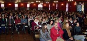 Más de 300 personas de toda la comarca, entre ciudadanos y políticos, llenaban este salón