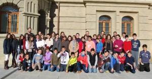 La concejala de Cultura, Joaquina Alonso, los pequeños y sus profesores.