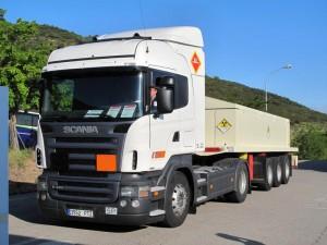 Un camión con residuos radiactivos accede al almacén del Cabril