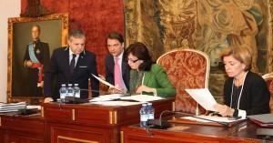 Ceballos comenta unos documentos con Savador Fuentes durante el pleno. - DIPUTACIÓN PROVINCIAL