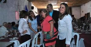 Clara Aguilera saluda a los asistentes a su llegada