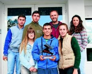 Los seis alumnos ganadores junto a su profesor.