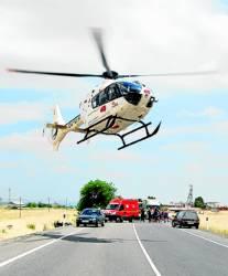 El helicóptero traslada a uno de los heridos.