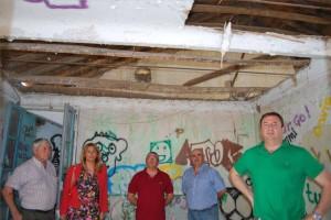 La alcaldesa durante la visita con varios vecinos de El Porvernir.