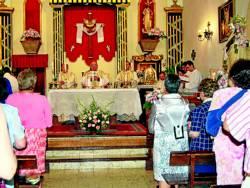 El obispo, en la iglesia de la Santa Cruz.
