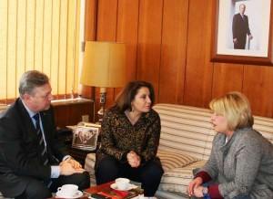 Momento de la reunión entre la delegada y la alcaldesa, junto al subdelegado