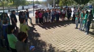 Manifestación a las puertas del centro en contra de la LOMCE