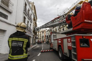 Los bomberos sanean una fachada en Diario de Córdoba. - Foto:RAFA SANCHEZ / A.J. GONZALEZ