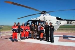 Autoridades y profesionales sanitarios, ante el helicóptero. - Foto:EVA M. HERAS