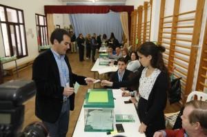 José Antonio Nieto deposita el voto en la urna. - A.J. GONZÁLEZ