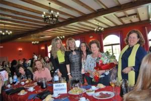 Ángeles Durán recibió un ramo de flores durante el homenaje. - EVA M. HERAS