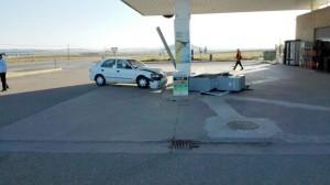 Un turismo se estampa en la gasolinera