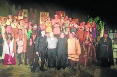 Los vecinos de 'Fuenteovejuna', tras la representación en Almagro.