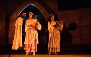 Tres de los vecinos del pueblo en la representación de 'Fuenteovejuna', de izquierda a derecha: Francisco Osuna (El comendador), Ana Molina (Laurencia) y María Dolores Pérez (Pascuala). / Guillermo Casas