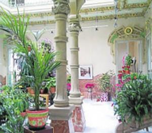 La visita teatralizada arranca en el palacete modernista. - EVA MARÍA HERAS
