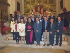 La alcaldesa y el obispo, con los hermanos mayores - Foto: EVA M. HERAS