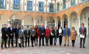 Antonio Ruiz, en el centro, con los integrantes del Consejo de Alcaldes. - Foto:CORDOBA