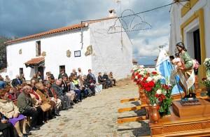 Los vecinos de Cañada del Gamo ante la imagen de San José. - Foto:EVA M. HERAS