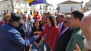 Rosa Aguilar (centro) saluda a uno de los asistentes al homenaje. - Foto: EUROPA PRESS