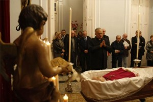 El obispo Demetrio Fernández visita la capilla ardiente de Miguel Castillejo en la sede de la fundación que lleva su nombre. - A.J. GONZÁLEZ
