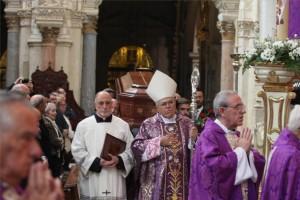 El obispo de Córdoba, Demetrio Fernández, delante del féretro a la salida de la Catedral. - Foto: SÁNCHEZ MORENO