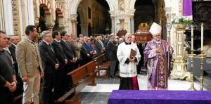 Llegada del féretro de Miguel Castillejo al crucero de la Catedral, antes de iniciarse la misa exequial presidida por el obispo. - Foto:SANCHEZ MORENO