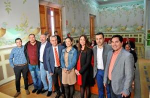 La diputada provincial, con alcaldes del Guadiato y de Bolivia. - Foto:EVA M. HERAS