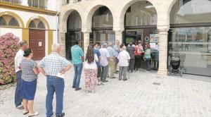 Cola para votar en el colegio electoral instalado en la Oficina de Turismo de Palma del Río. - E. MANZANO / PADILLA / TITO BARRENA