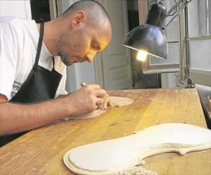 Luis Limón trabaja en la construcción de un violín. - E.M.H.