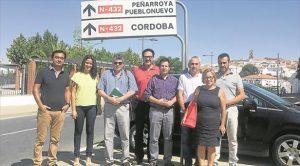 Los alcaldes y concejales socialistas, ayer en la N-432 a su paso por Fuente Obejuna. - CÓRDOBA