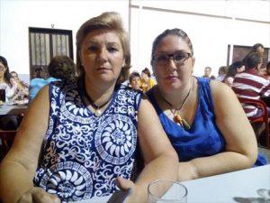 Ana Belén Cabanillas, afectada por una ataxia, junto a su madre, María Victoria Paños. - CÓRDOBA