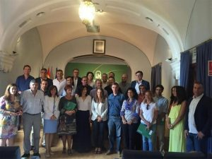 Rafaela Crespín y Esther Ruiz (ambas en el centro del grupo) posan junto a los firmantes de los convenios. - CÓRDOBA