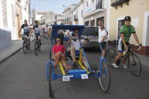 Un momento de la ruta ciclista, a su paso por la sede de la peña. - CASAVI