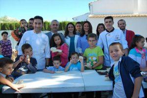 Las autoridades con el campeón de España de panadería , José Roldán - EVA MARÍA HERAS