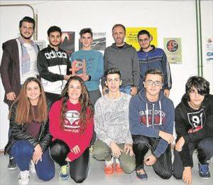 Los autores del corto junto a su profesor, Miguel Sánchez, de Brumaria. - EVA M. HERAS