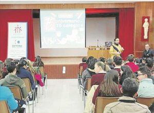 Un momento de la charla en los Salesianos de Montilla. - SÁNCHEZ MORENO / EVA MARÍA HERAS / A.J. GONZÁLEZ/ MARÍA JESÚS GÓMEZ