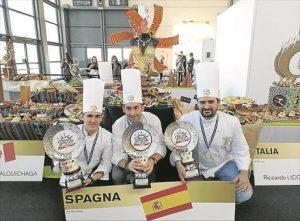 José Joaquín Roldán, Francisco Recio y Javier Moreno muestran su premio en la ciudad italiana de Rimini. - CÓRDOBA