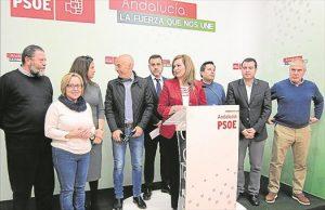 María Jesús Serrano (centro) junto a otros cargos socialistas ayer. - CÓRDOBA
