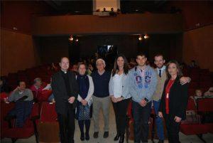 El párroco, voluntarios de Manos Unidas y la alcaldesa, en el teatro. - EVA M. HERAS