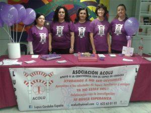 Representantes de Acolu, con su presidenta María Isabel Ruiz, en el centro, en la mesa informativa. - CÓRDOBA