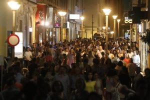 Masiva afluencia de personas a la 'Shopping night'. - MIGUEL ÁNGEL SALAS